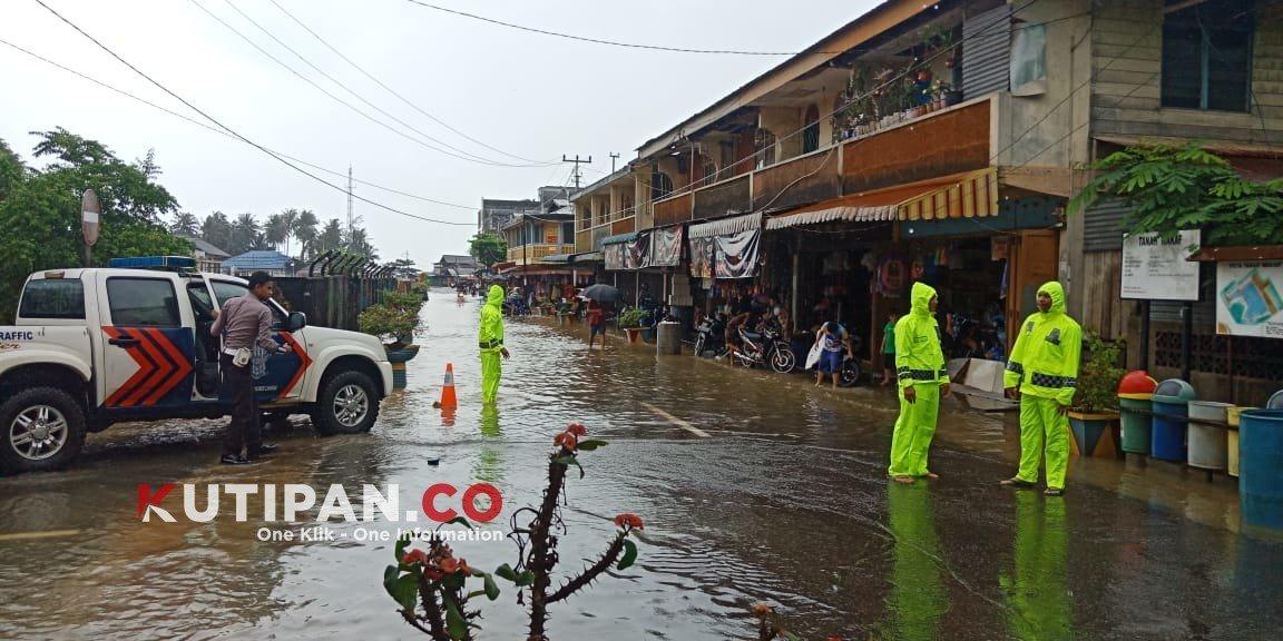 Foto #polreslingga, Banjir, Berita Lingga, Jalan Pasar Dabo, Kutipan lingga, Polres lingga