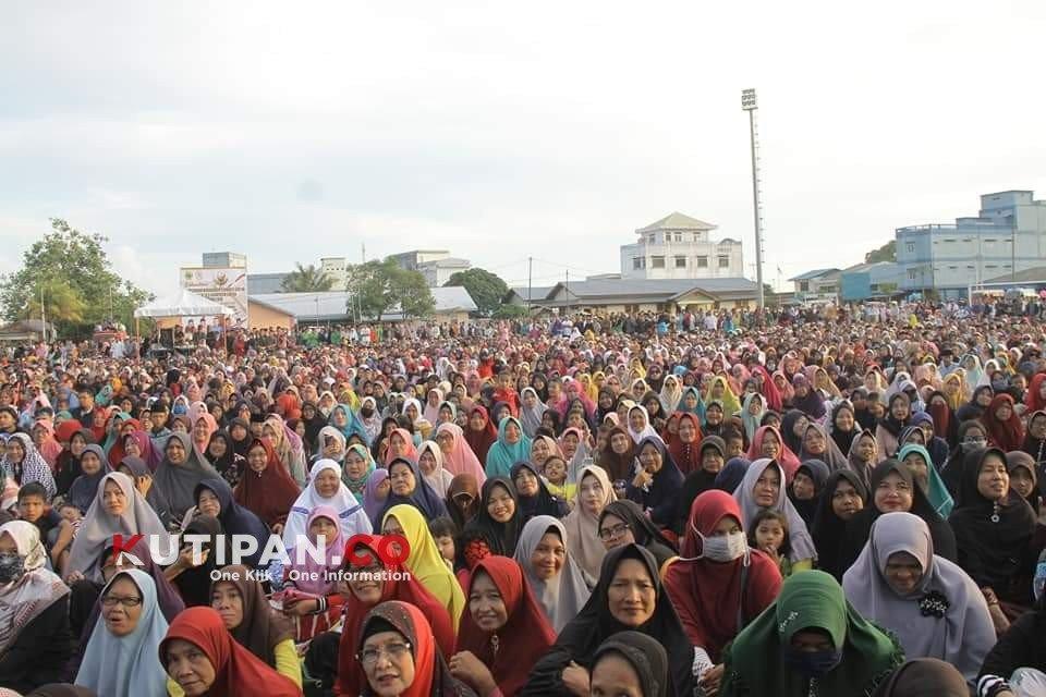 Foto Gambar Masyarakat Lingga Antusias Menyaksikan Tabligh Akbar Ustadz Abdul Somad