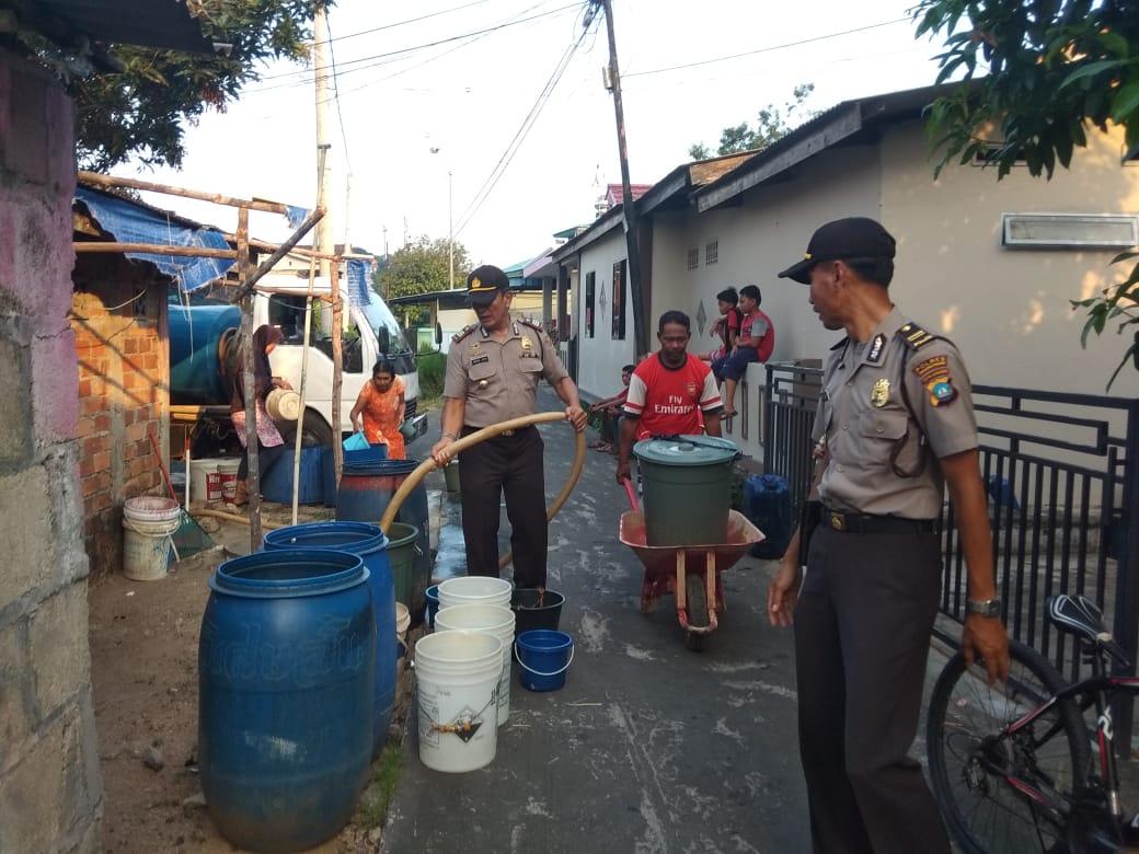 Foto Bagikan Air Bersih, Kepada warga, Kutipan Tanjungpinang, Polsek Tanjungpinang