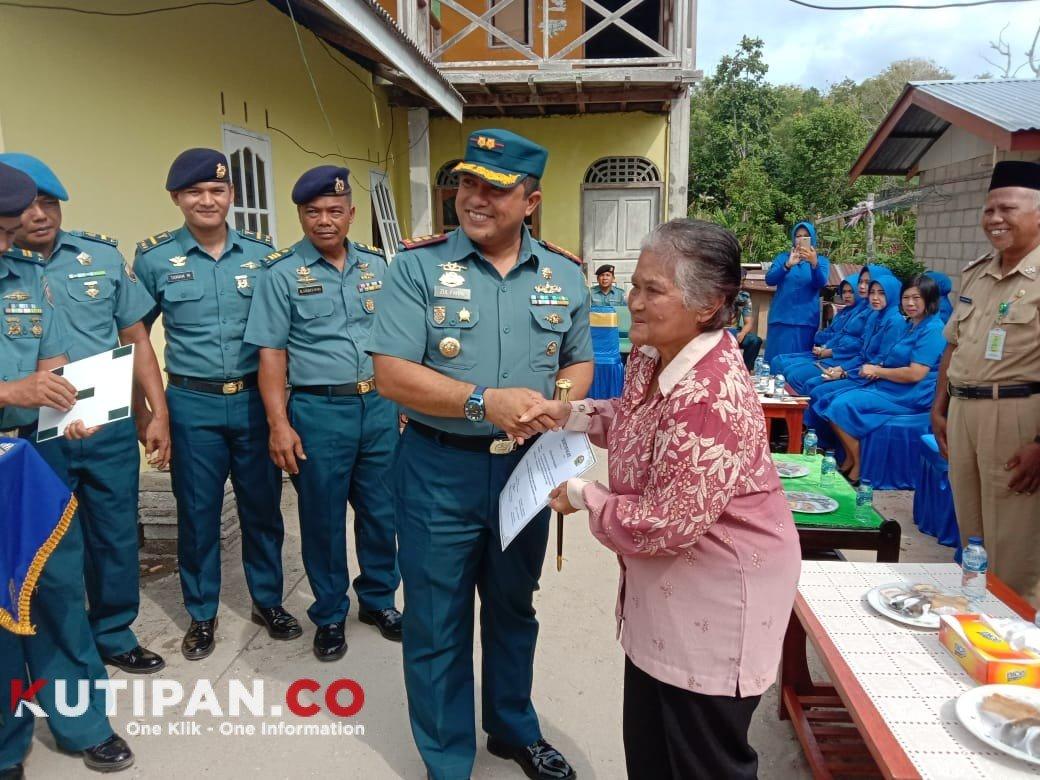 Foto Bantuan Bedah Rumah, Danlanal Dabo, ke Keluarga Almarhum, Kutipan lingga, Serahkan, Serma Boesono