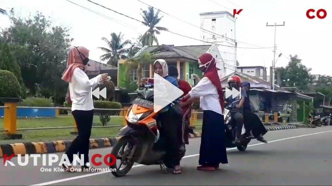 Foto Bagikan masker kain, Dabo singkep, Istri anggota DPRD Lingga, Lawan Covid-19