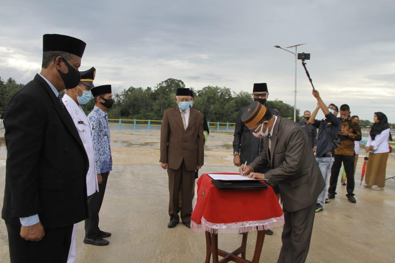 140 Pejabat Eselon Dilantik Bupati Lingga di Embung Bukit Tumang