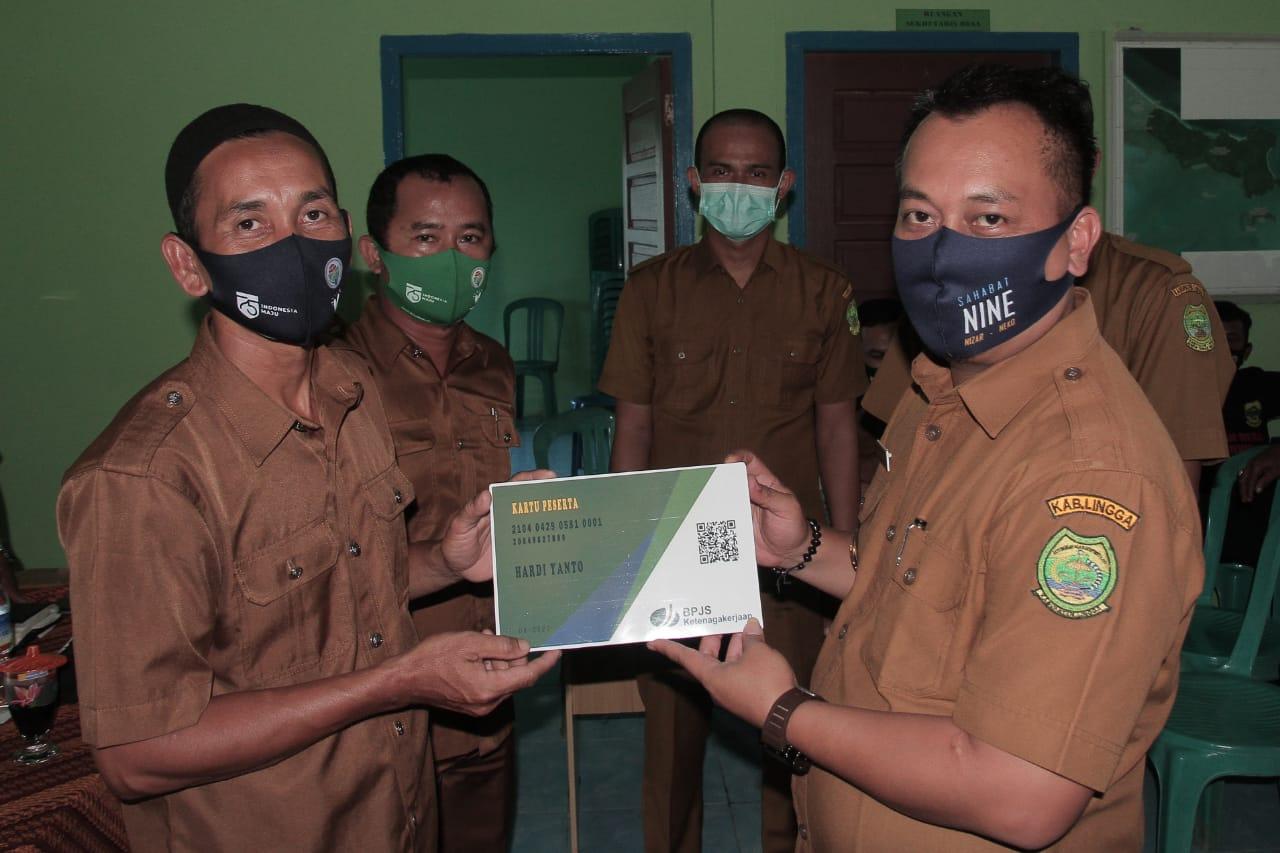 Wakil Bupati Lingga serahkan Pas Kecil nelayan dan BPJS Tenagakerjaan Nelayan Desa Belungkur