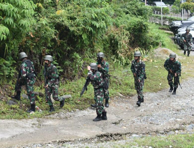 prajurit Batalyon Marinir Pertahanan Pangkalan (Yonmarhanlan) ll Padang mengasah kemampuan dengan melaksanakan latihan drill taktik patroli tempur dan penyelesaian sasaran