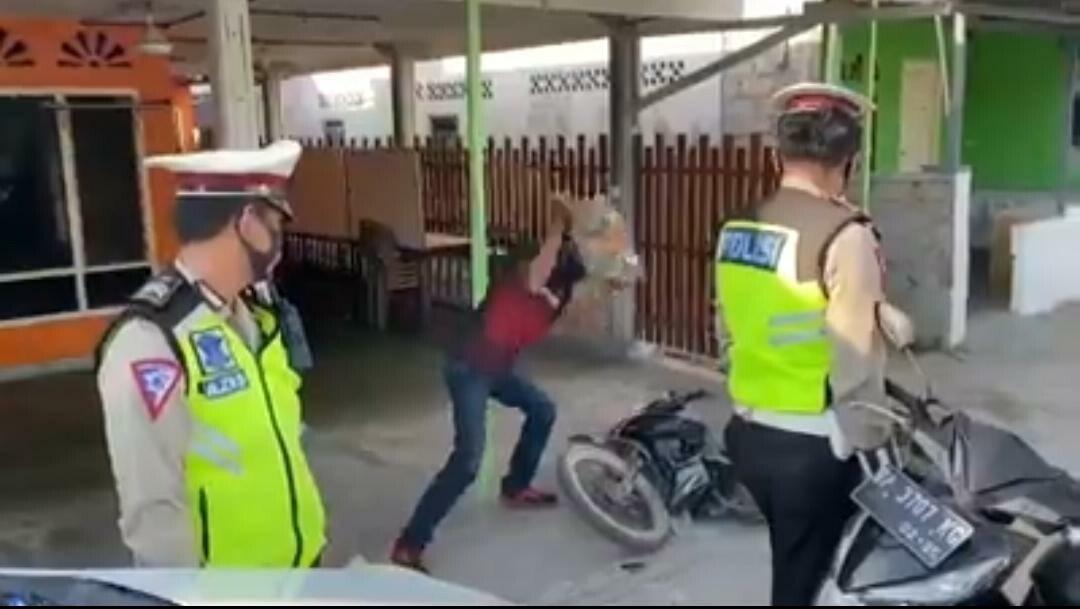 Terjaring Ops Zebra Seligi, Seorang pria di Karimun mengamuk dan melempari sepeda motornya dengan sebuah batu. (Foto: Ist)
