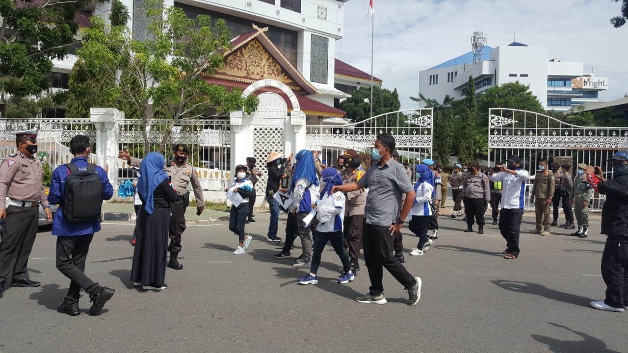 Demo Buruh di Depan Kantor Walikota Batam