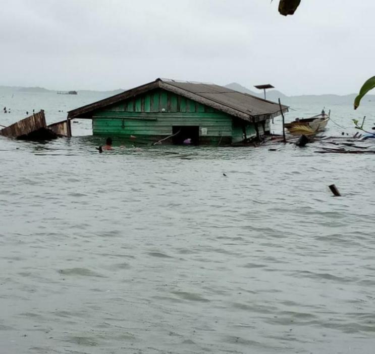 Awal tahun 2021 hujan deras satu rumah warga di lingga hanyut