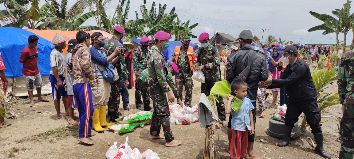 Marinir TNI AL Salurkan Bantuan Korban Banjir