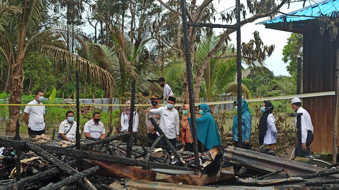 Pemkab Lingga Serahkan Bantuan Pada Korban Kebakaran