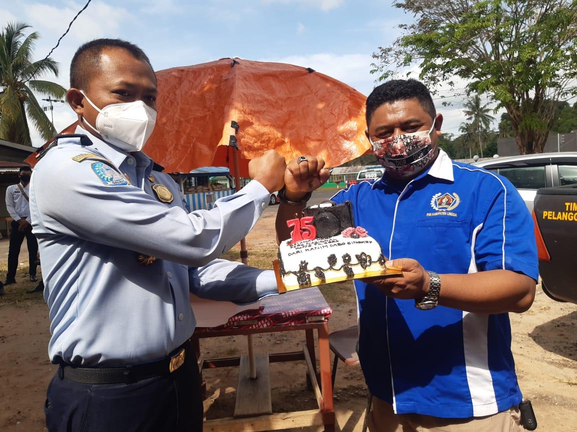 PWI Lingga Dapat Kue Ultah Dari Imigrasi Dabo