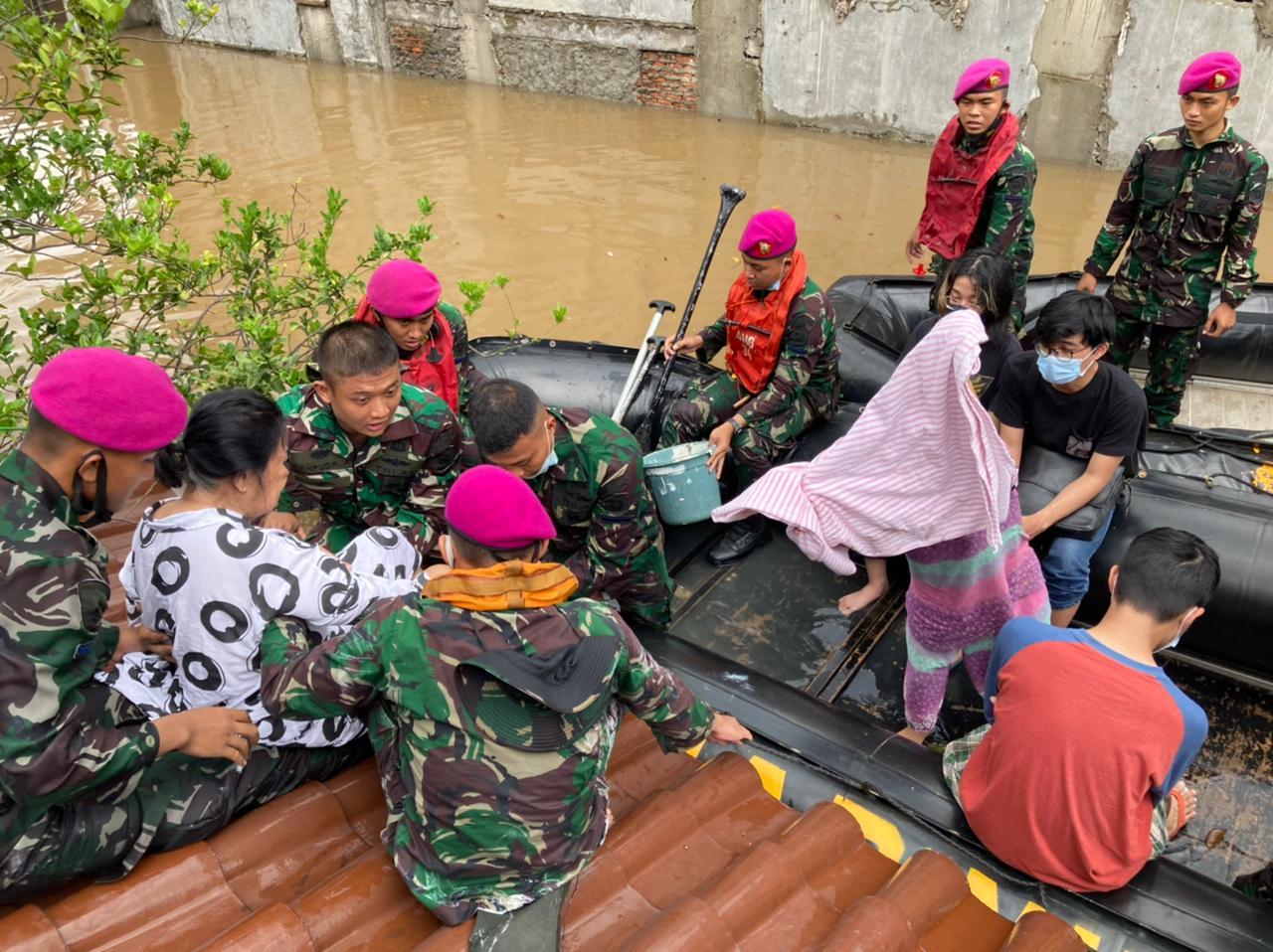 Seorang Lansia Terjebak Banjir di Kemang