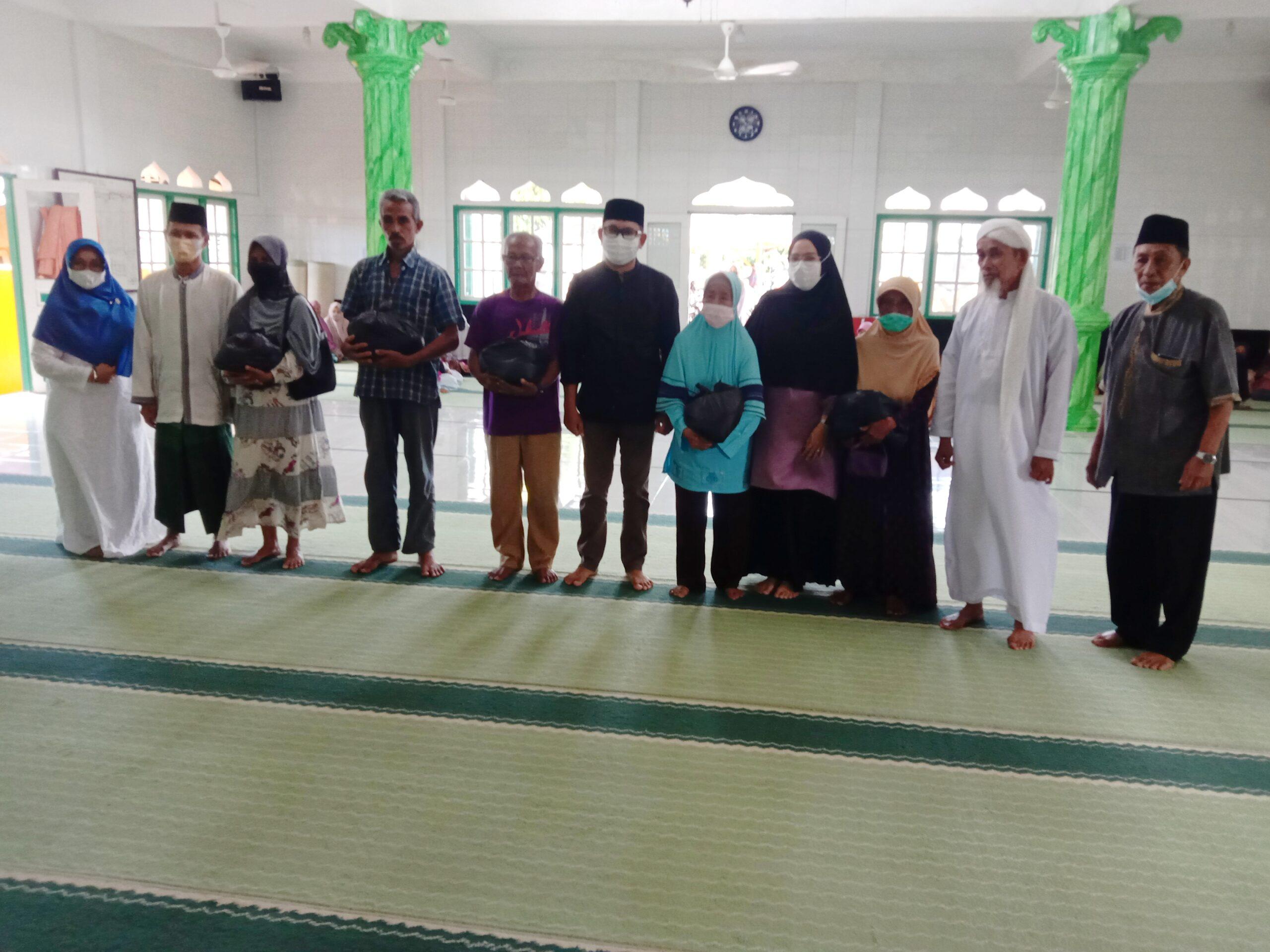 Foto Majelis Taklim Masjid Al-Huda Salurkan Paket Sembako Kepada Kaum Duafa