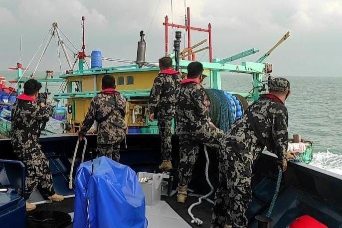 Kapal Bendera Malaysia Curi Ikan di Selat Malaka